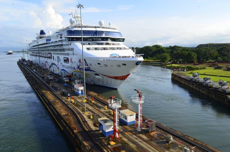 Cruiseschip die het Kanaal van Panama ingaan stock afbeeldingen