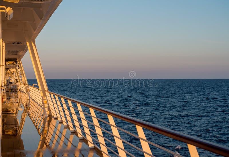 Cruiseschip die het overzees varen bij zonsopgang of dageraad stock foto's