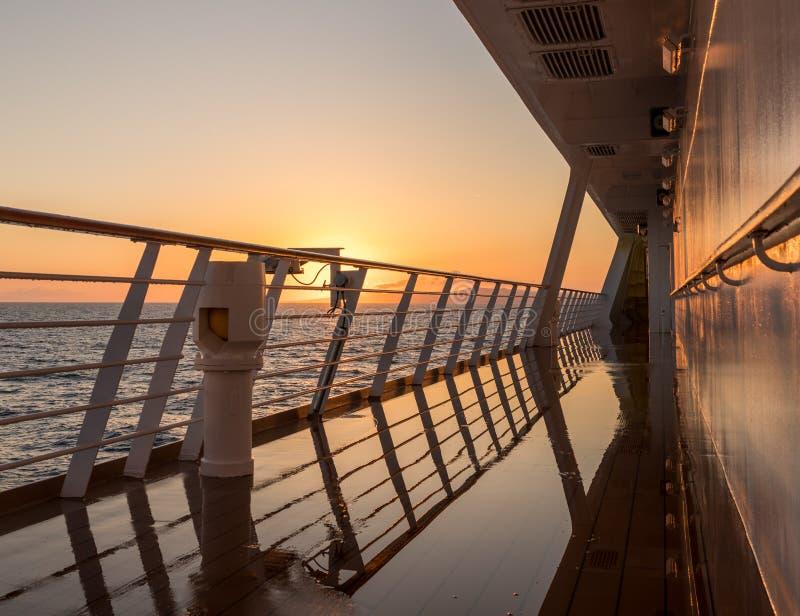 Cruiseschip die het overzees varen bij zonsopgang of dageraad royalty-vrije stock foto's