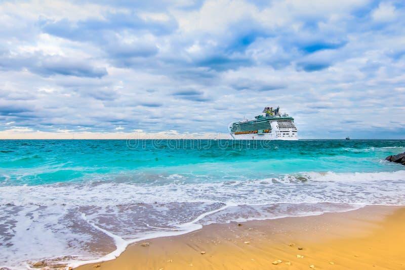 Cruiseschip die op de oceaan varen stock afbeelding