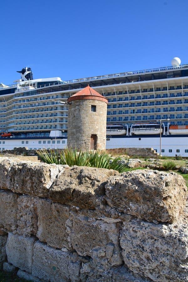 Cruiseschip door de oude middeleeuwse die stad wordt door de kust op het Griekse eiland Rhodos wordt gesitueerd gedokt dat royalty-vrije stock afbeelding
