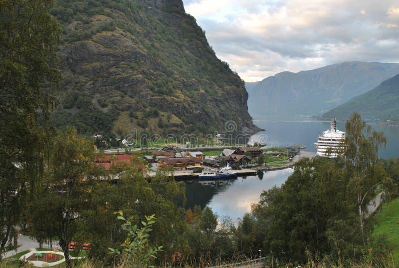 Cruiseschip in een kleine haven royalty-vrije stock afbeeldingen