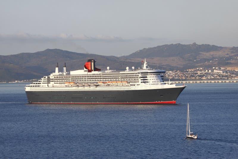 Cruiseschip en jacht stock afbeelding