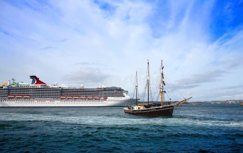 Cruiseschip en lang schip in de haven van Sidney stock afbeelding