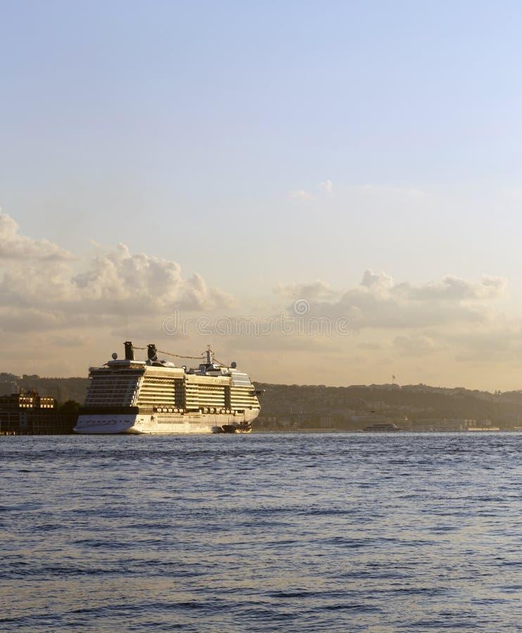 Cruiseschip in Gouden Hoornbaai, Istanboel, Turkije stock fotografie