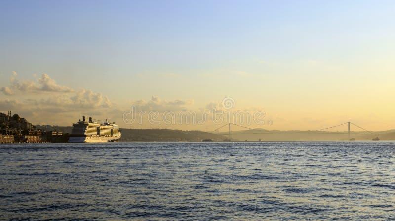 Cruiseschip in Gouden Hoornbaai, Istanboel, Turkije stock foto's