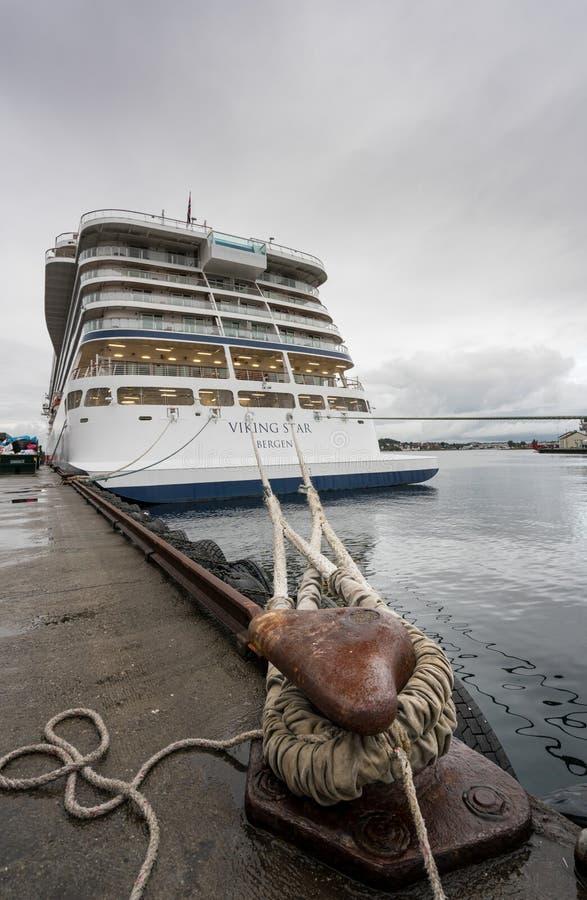Cruiseschip in haven in Stavanger Noorwegen stock foto
