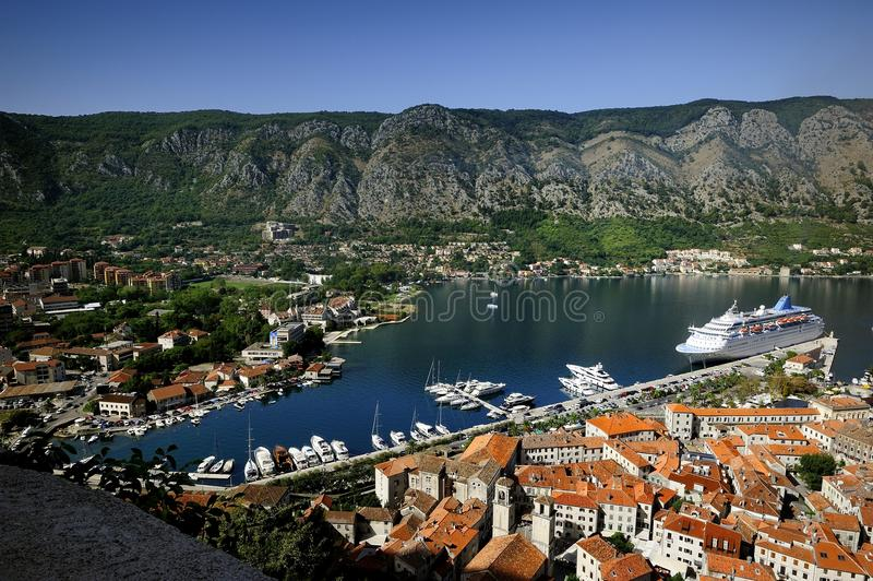 Cruiseschip in Kotor stock foto's