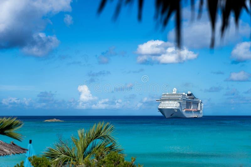 Cruiseschip in kristal blauw water stock foto