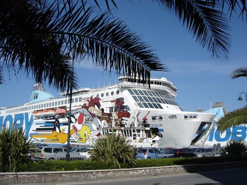 Cruiseschip in Livorno, Italië wordt gedokt dat stock afbeeldingen