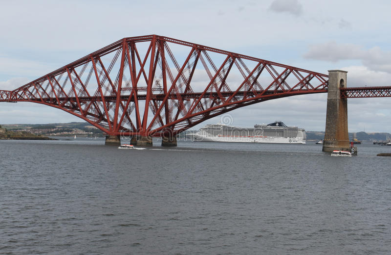 Cruiseschip met vooruit Spoorbrug stock fotografie
