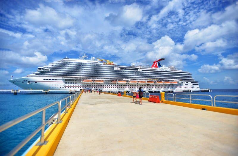 Cruiseschip in mooie zonnige dag stock afbeelding