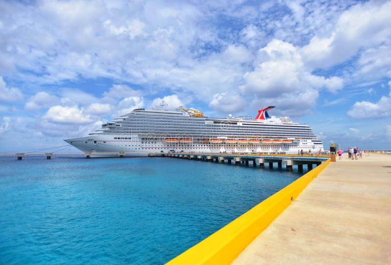 Cruiseschip in mooie zonnige dag stock afbeeldingen