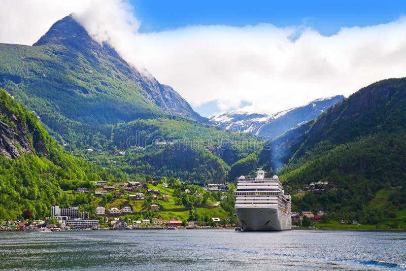Cruiseschip in Noorse fjorden stock afbeeldingen