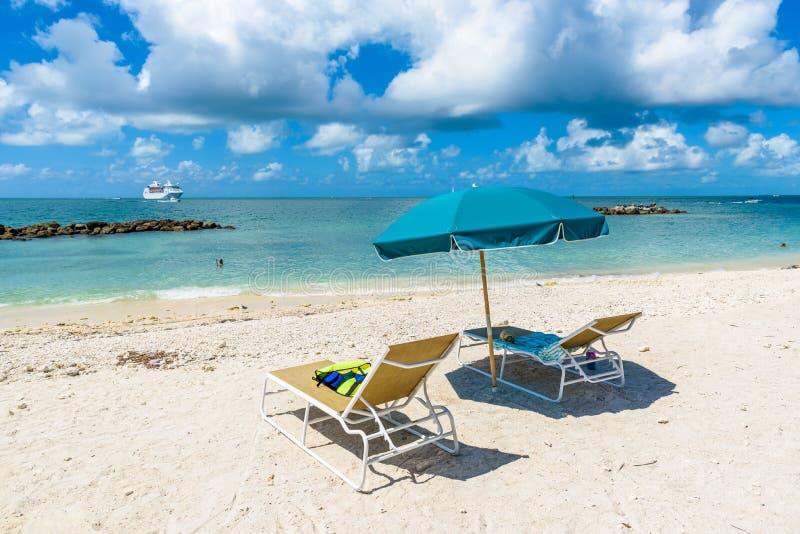 Cruiseschip op Caraïbische Zee dicht bij paradijsstrand Tropische reisconcept en bestemming voor vakantie Recreatie en stock fotografie