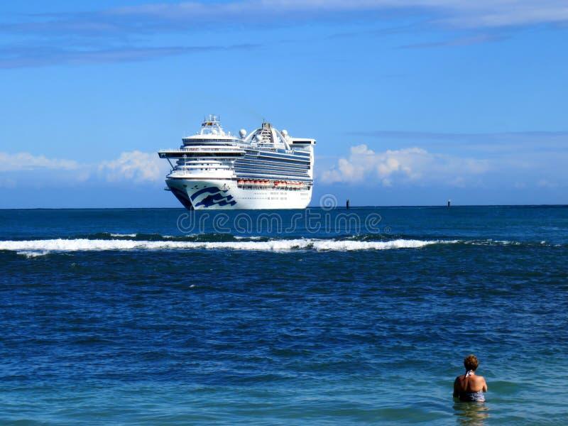 Cruiseschip op de oceaan in Caribbeans stock foto's