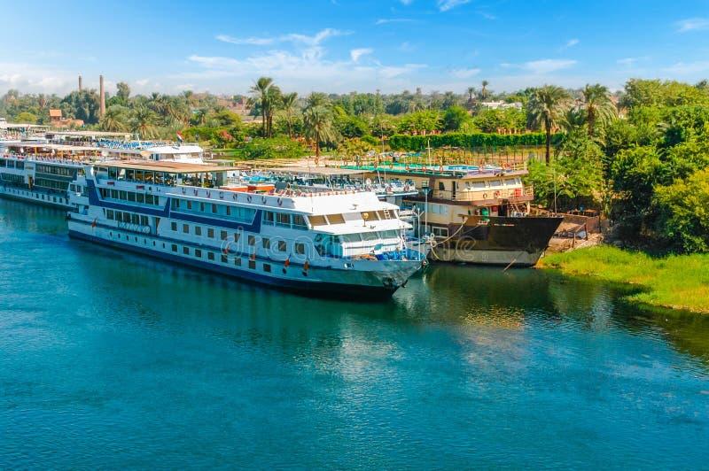 Cruiseschip op de rivier van Nijl kaïro giza Egypte Reis backgr royalty-vrije stock afbeelding