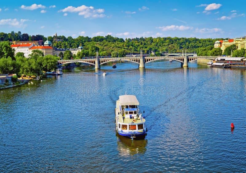 Cruiseschip op de Vltava-rivier Praag, Tsjechische Republiek royalty-vrije stock fotografie