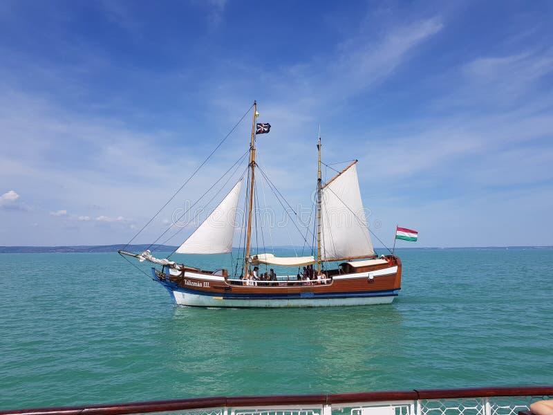 Cruiseschip op Meer Balaton stock foto's