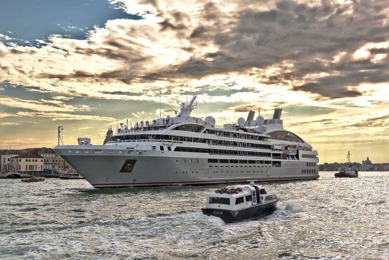 Cruiseschip Ponant en boten in Venetiaanse Lagune stock afbeelding