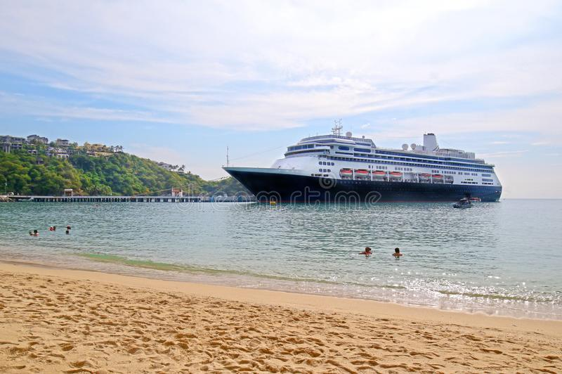 Cruiseschip in Santa Cruz Bay, Huatulco, Mexico wordt gedokt dat Zwemmers en Strand royalty-vrije stock afbeeldingen