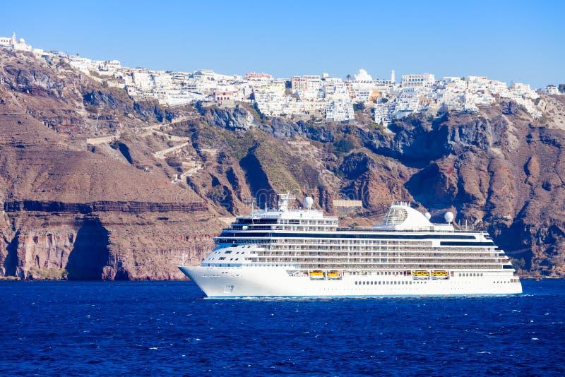 Cruiseschip, Santorini-eiland royalty-vrije stock fotografie