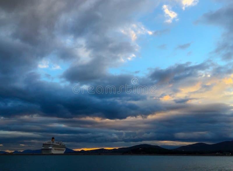 cruiseschip in sunet stock fotografie