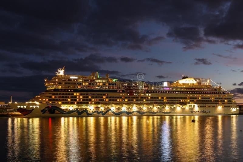 Cruiseship在丰沙尔,马德拉岛停泊了 库存照片