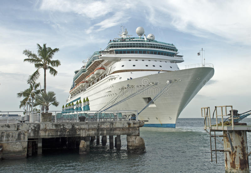 Cruiseship在佛罗里达港口靠了码头 库存图片