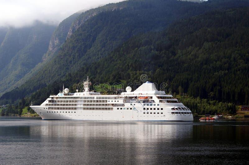 Cruiseship bei Ulvik stockfoto