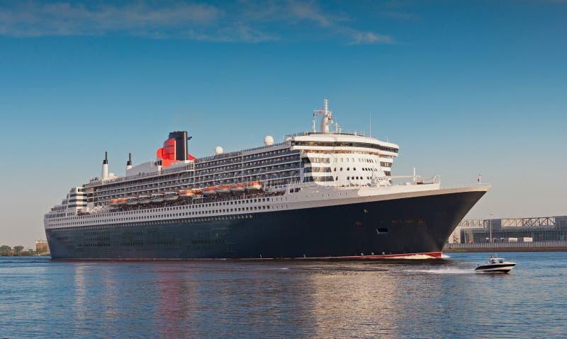 Cruiseship die haven van Hamburg verlaat stock afbeelding