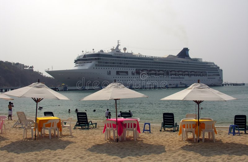 Cruiseship nahe dem Strand stockbild