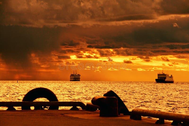 Cruiseships op stormachtige overzees stock foto