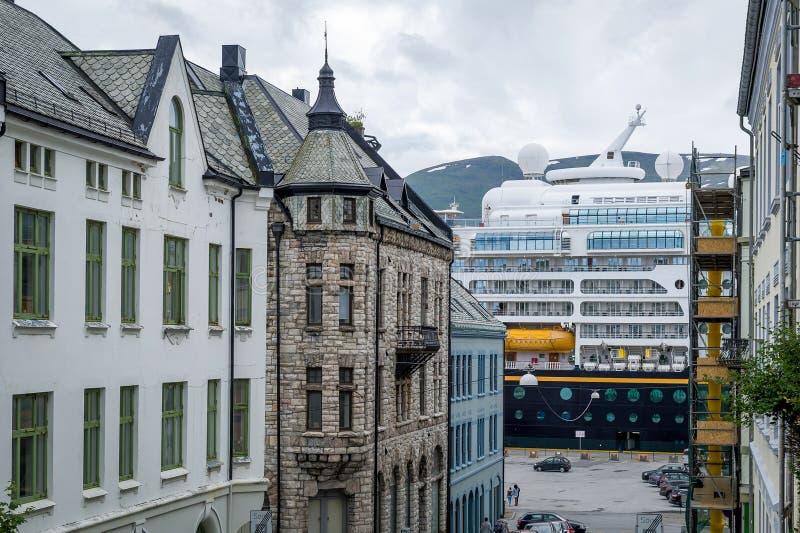 Cruiseveerboot en stadsstraat van Alesund stock fotografie