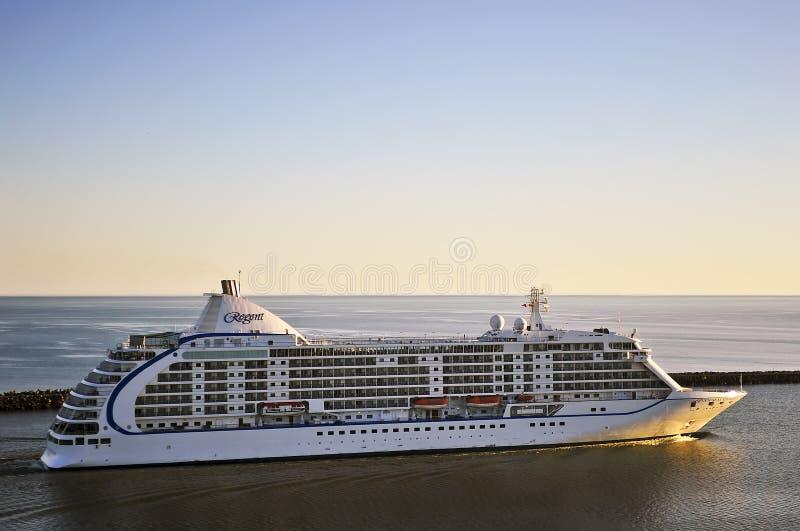 Cruisevoering ZEVEN OVERZEESE REIZIGER in haven Klaipeda royalty-vrije stock afbeelding