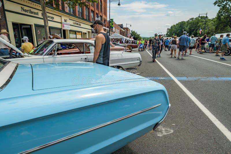 Cruisin auf Hauptstraße in Manchester Connecticut lizenzfreie stockbilder