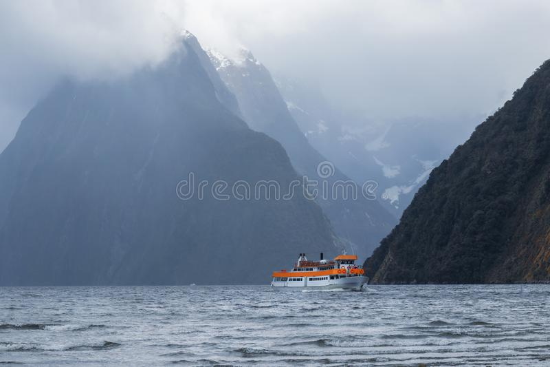 Cruising in Milford Sound, Fiordland National Park, Nya Zeeland royaltyfri bild