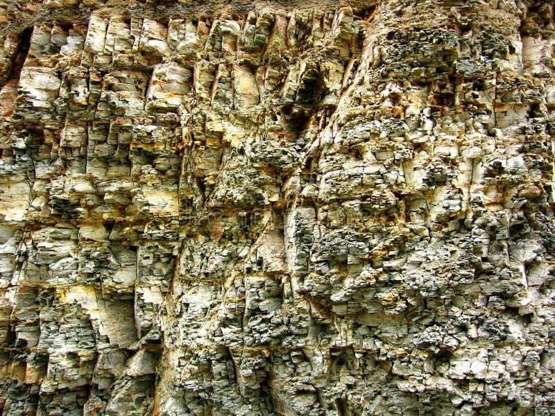 Crumbled分层了堆积岩石背景 库存照片