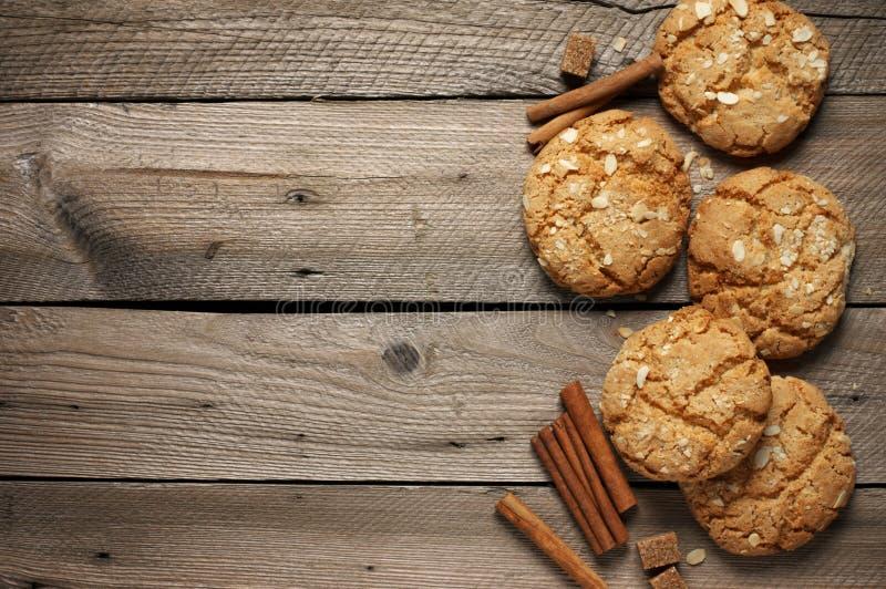 Crumbly печенья арахиса на древесине стоковое фото rf