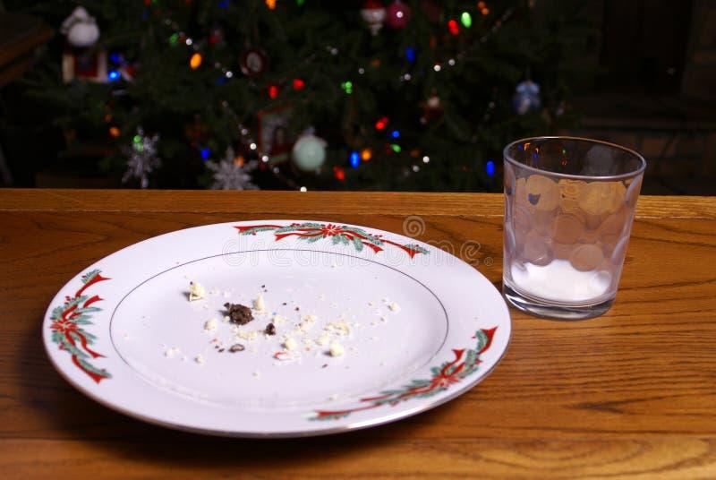 Crumbs van het Koekje van Kerstmis en het Lege Glas van de Melk royalty-vrije stock afbeelding