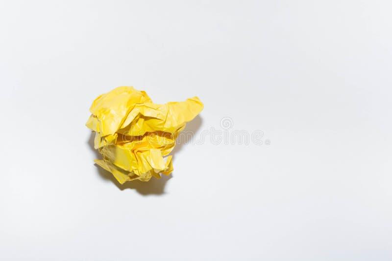 Crumpled f?rgade papper arkivbilder