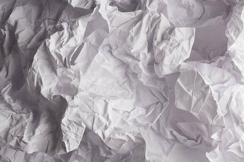 Crumpled knitterte gewellte graue Papierbeschaffenheit, abstrakten Polygonhintergrund stockfoto