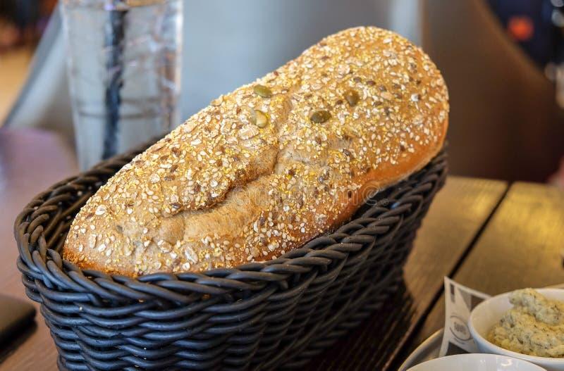 Crunchy chleb w koszu obraz stock