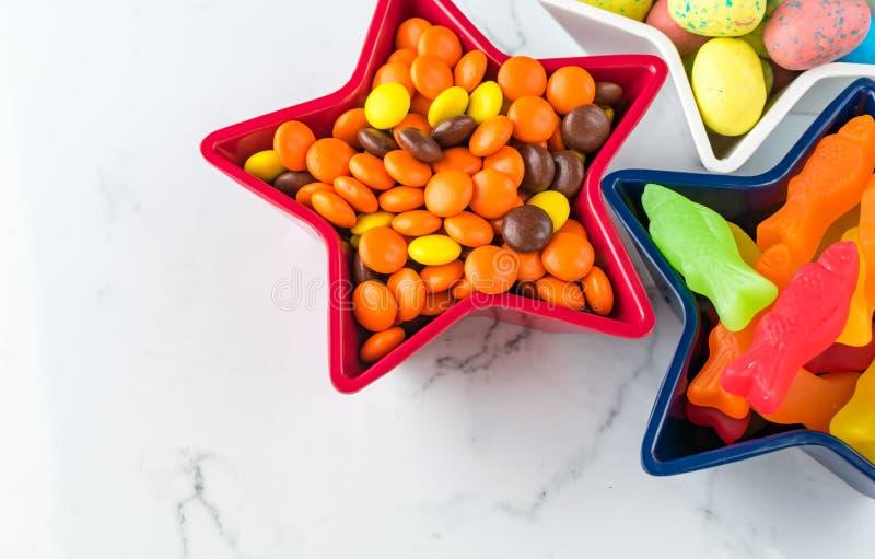 Crunchy czekolada i gumowaty rybi cukierek na marmurze zdjęcia royalty free