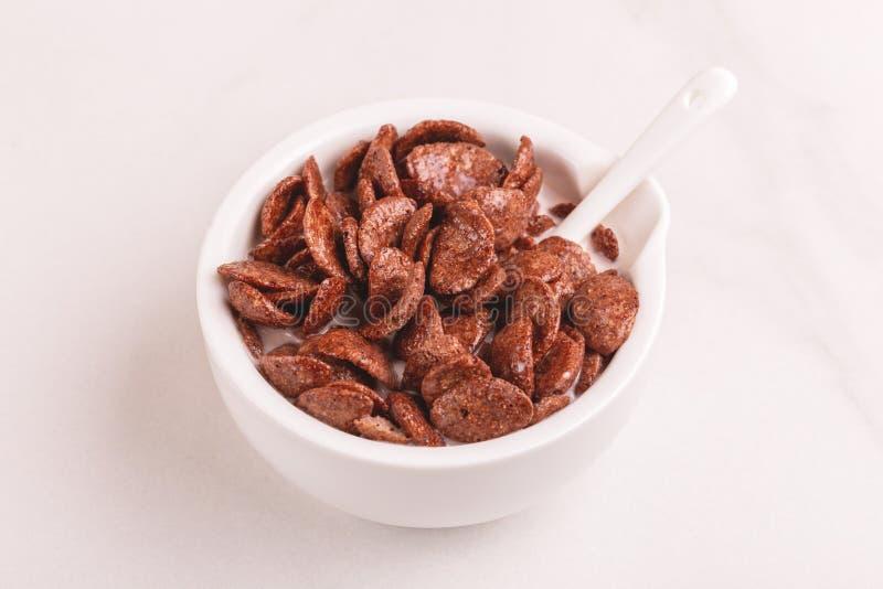 Crunchy czekoladowi kukurydzani płatki w pucharze z mlekiem obrazy royalty free