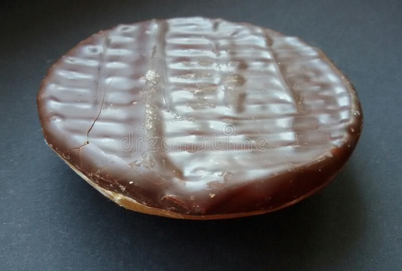 Crunchy czekoladowy ciastko Słodki i smakowity ciastko nad czerń stołem zdjęcie stock