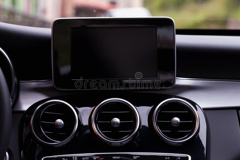 Cruscotto con il sistema di navigazione di GPS di un'automobile moderna immagine stock