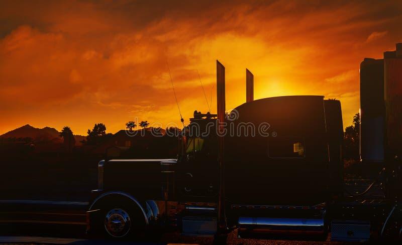 Cruscotto del camion con la parte anteriore di un camion contro il tramonto immagini stock libere da diritti