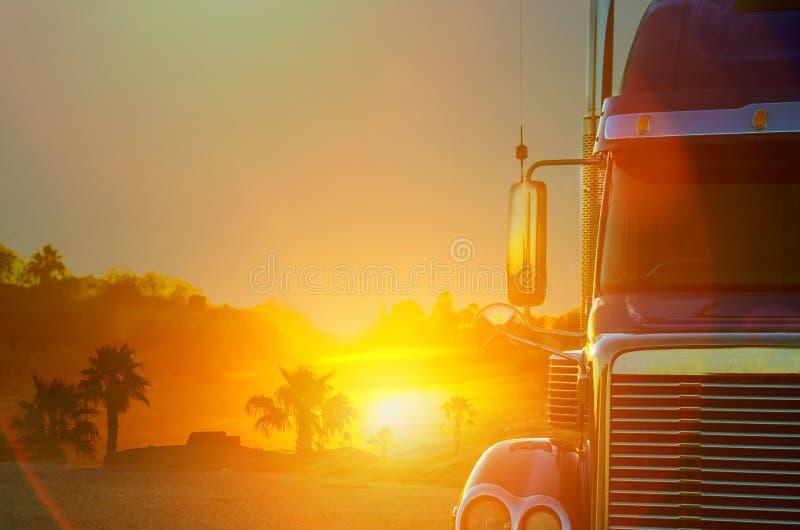 Cruscotto del camion con sulla strada della campagna nel moto contro con il tramonto fotografie stock libere da diritti