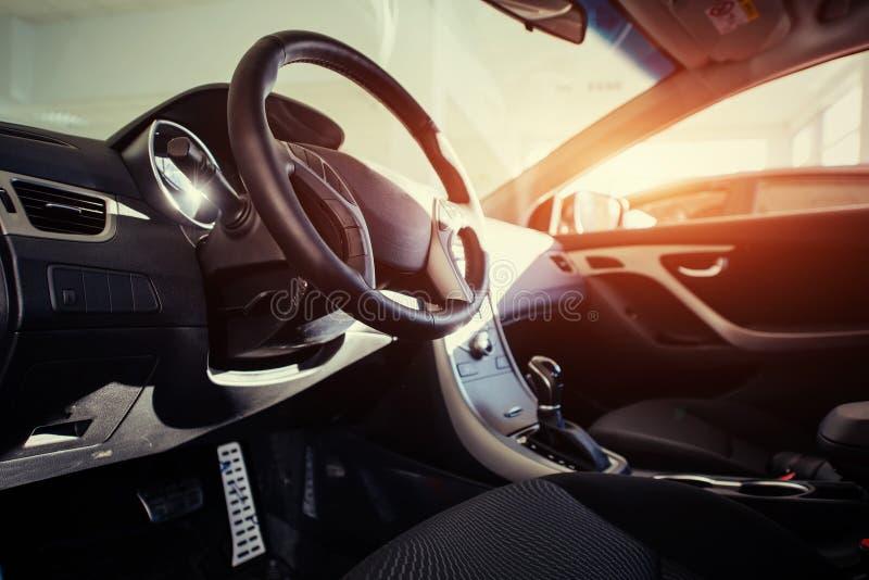 Cruscotto dell'automobile moderna e volante interni fotografie stock libere da diritti